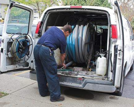 bloomington-carpet-cleaning-work-tools-machine-van-man
